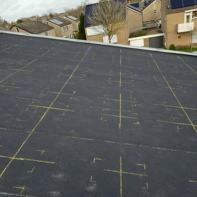 Amperum uit tekenen van locaties onder constructie op bitumen dak