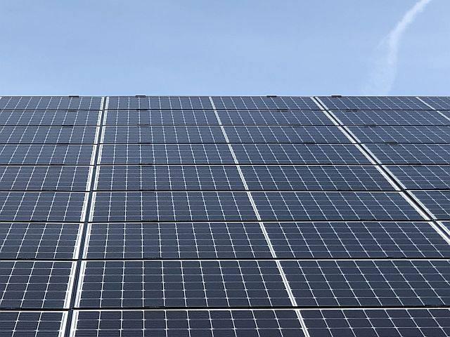 Amperum mono kristallijne zonnepanelen met half cut cells op een golfplaten dak