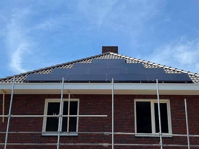 Amperum nieuwbouw woning met schild dak nadat zonnepanelen geplaatst zijn