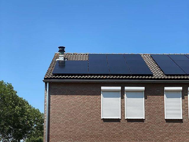Amperum zonnepanelen Roermond toen het dak met 12 full black zonnepanelen belegd was